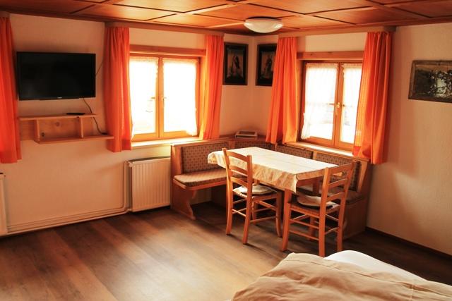 Zimmer_2_Tisch